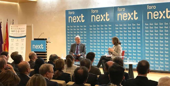 Ana María Botella, secretaria de Estado de Seguridad, con el periodista Manuel Campo Vidal